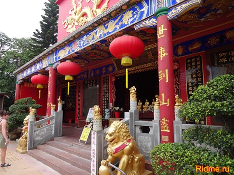 Вход в храм 10000 Будд.