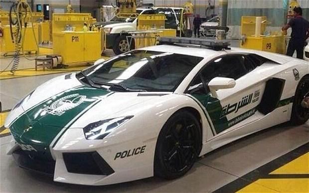 Lamborghini Aventador.  Двухдверный, двухместный спортивный автомобиль, который может достигать максимальную скорость 350 км/ч.