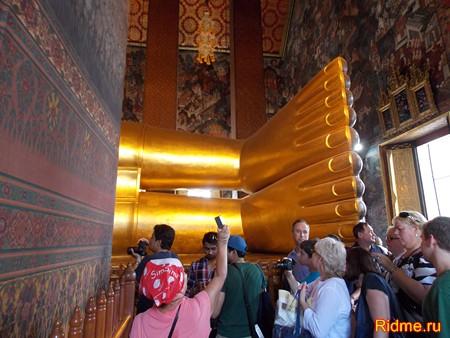 Храм Ват По - необыкновенных размеров фигура Лежащего Будды. ступни  имеют длину 5 м.