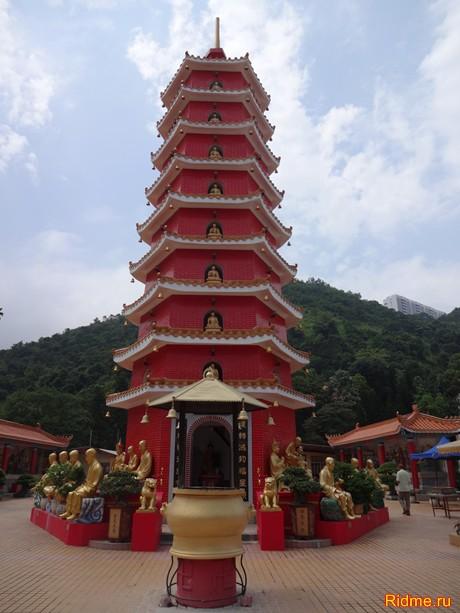 Напротив Храма располагается 9-ярусная Пагода