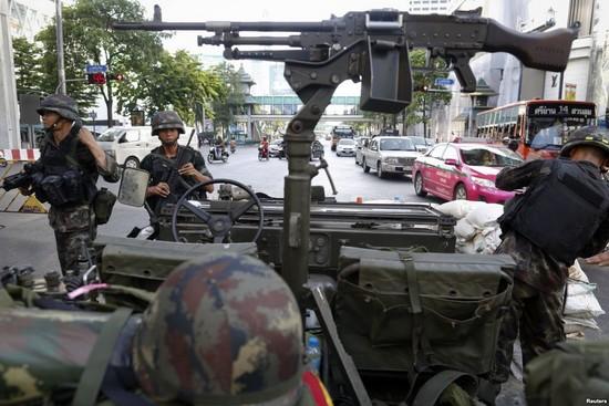 Армия Таиланда объявляет военное положение